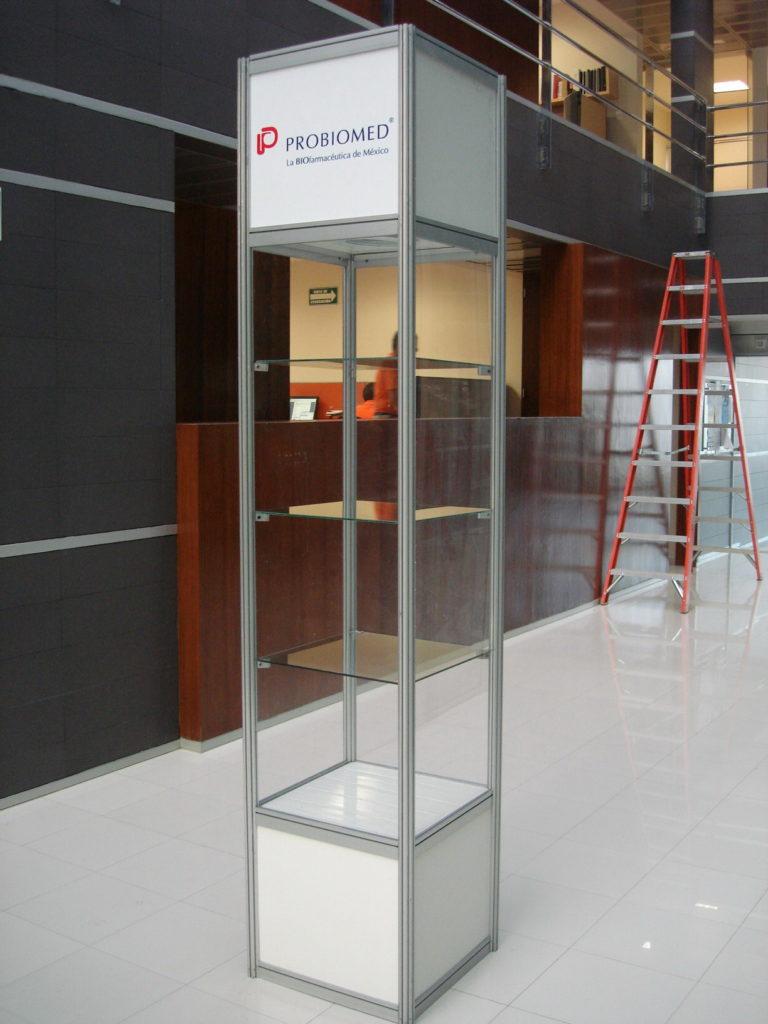 Vitrina abierta de 3m de alto para exhibir productos.